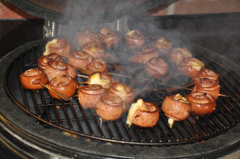 Wurstlollies auf dem Monolith Ein Tag in MeMyself's BBQ Pit mit 12 Gästen und reichlich Grillgut-MeMyself's Aussenküche-Bild05
