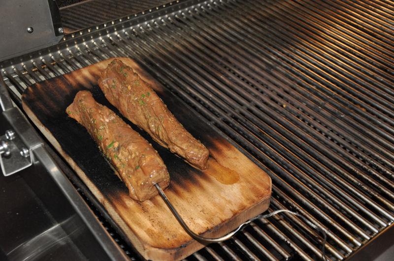 Geplanktes Rosmarin-Balsamico-Schweinefilet Ein Tag in MeMyself's BBQ Pit mit 12 Gästen und reichlich Grillgut-MeMyself's Aussenküche-Bild13
