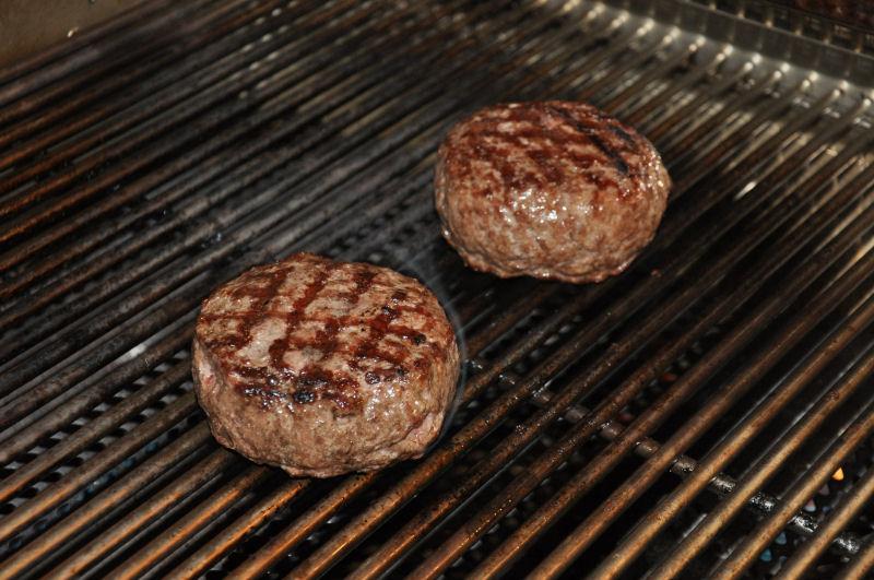 Burgerpatties auf dem Rost Griechischer Burger mit Feta gefüllt-Griechischer Burger-Burger06