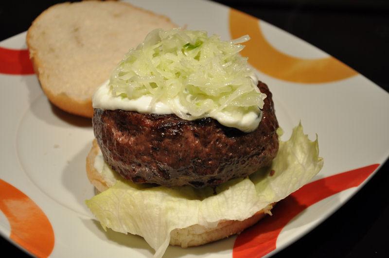 Feta-Burger mit Zatziki und Krautsalat Griechischer Burger mit Feta gefüllt-Griechischer Burger-Burger08