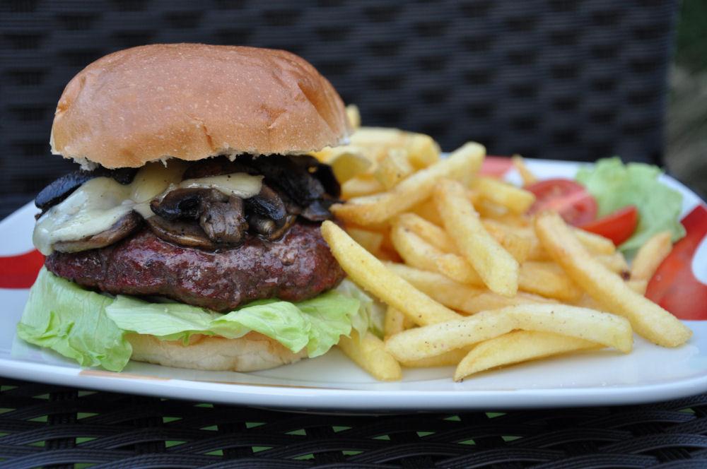 Tellerbild Mushroom & Swiss Burger mit Pommes Mushroom & Swiss Burger-MushroomSwiss02-Mushroom & Swiss Burger
