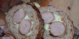 Bacon Bomb mit Krakauer und Käse