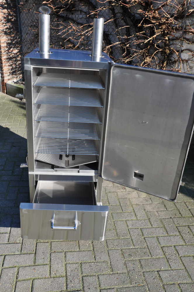 Der geöffnete Smoker mit 5 Grillrosten Neuer Smoker für die BBQ Wiesel Niederrhein: Fire Magic Smoker 24S-SMB-Fire Magic Smoker 24S-SMB-FireMagicSmoker10