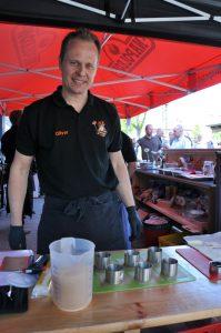Olly bereitet das Dessert vor Dingdener Grillmeisterschaft-DingdenerGrillmeisterschaft13 199x300-Die BBQ Wiesel Niederrhein werden Dritter bei der 2.Dingdener Grillmeisterschaft