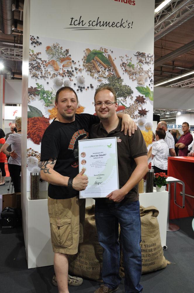 """Karteileiche und MeMyself mit der Auszeichnung Wurstlollie-WursthatZukunft09-Sonderpreis beim Innovationspreis """"Wurst hat Zukunft!"""" für den Wurstlollie"""