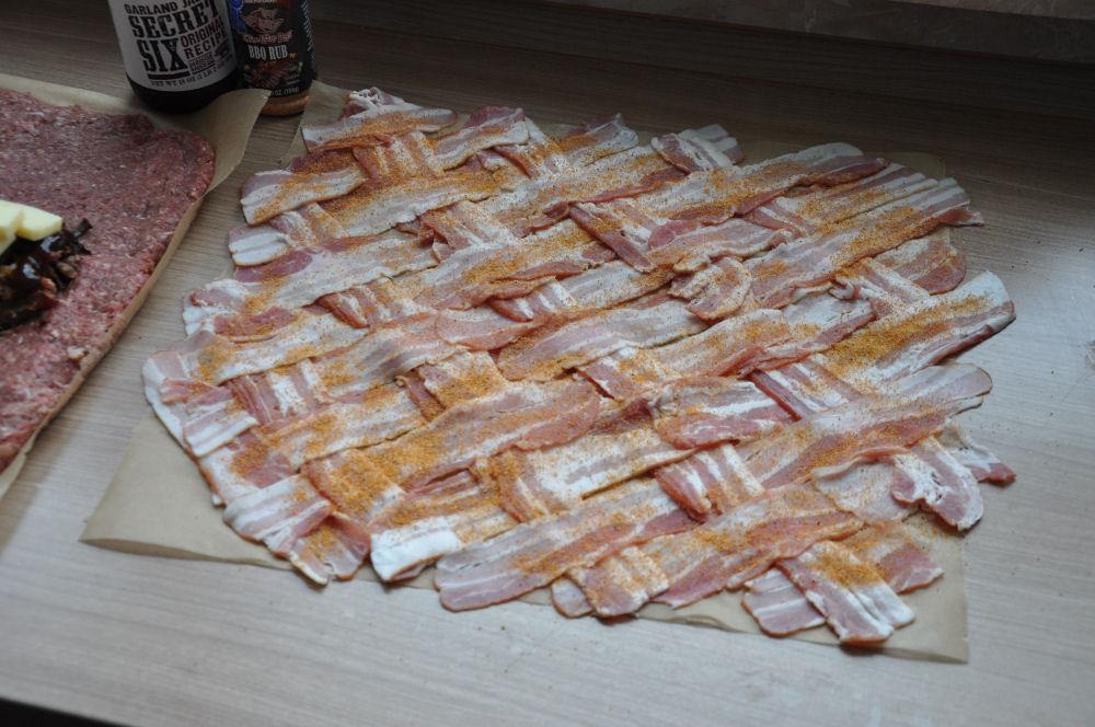 Das Bacon-Netz für die Bacon Bomb Bacon Bomb mit Pulled Pork-Füllung aus dem GMG Pelletsmoker-Bacon Bomb mit Pulled Pork-PulledPorkBaconBomb03