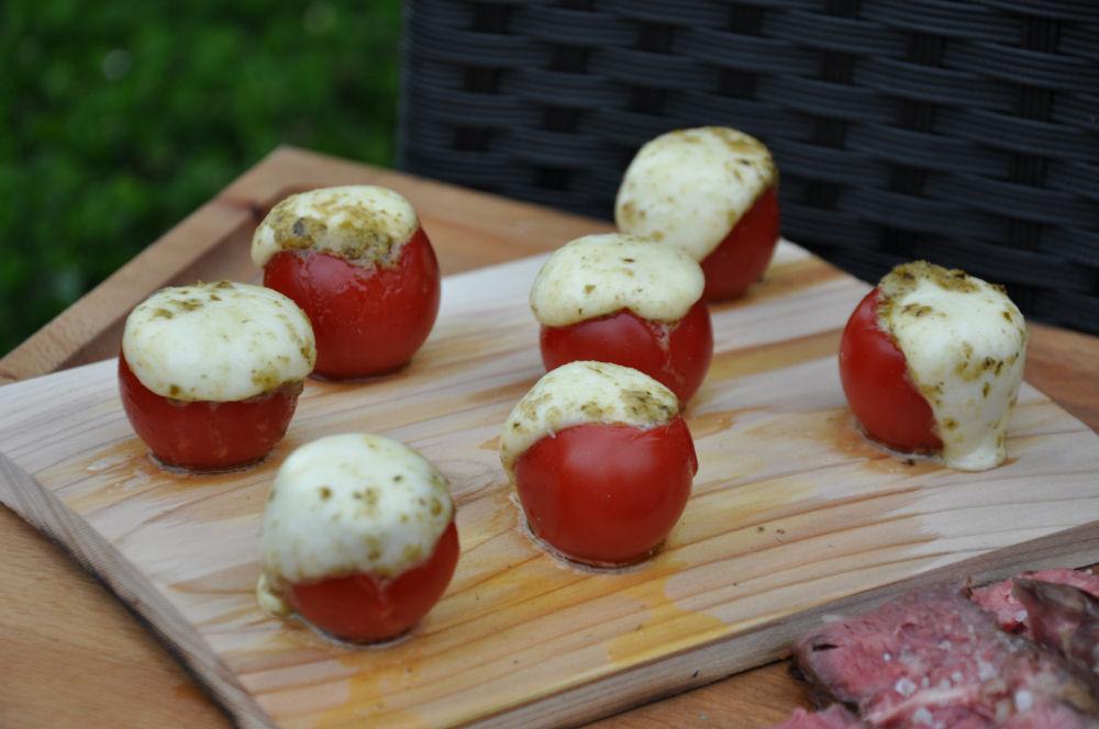 Caprese Tomaten Caprese-Tomaten auf der Zedernholzplanke-Caprese-Tomaten-CapreseTomaten03