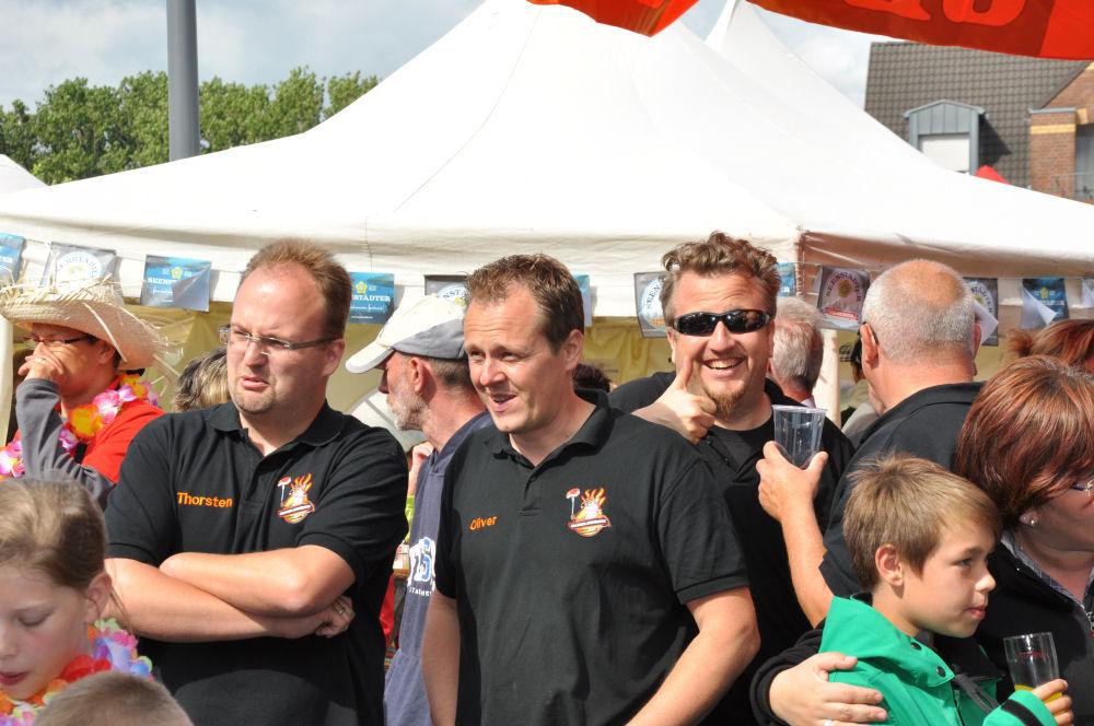 Anspannung bei der Siegerehrung Nettetaler Grillmeisterschaft-NettetalerGrillmeisterschaft04-Die BBQ Wiesel Niederrhein gewinnen die 2.Nettetaler Grillmeisterschaft