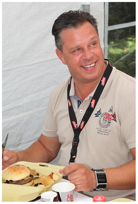 Dem Grillkönig schmeckt unser Billionaire's Burger Bergisch BBQ-wiesel odenthal 095-Erfolgreiche Teilnahme bei Bergisch BBQ 2013: 4 Pokale für die BBQ Wiesel