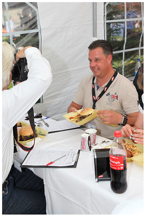Dem Grillkönig schmeckt unser Billionaire's Burger Bergisch BBQ-wiesel odenthal 101-Erfolgreiche Teilnahme bei Bergisch BBQ 2013: 4 Pokale für die BBQ Wiesel