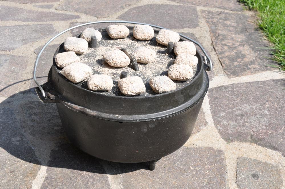 Dutch Oven mit durchgeglühten Briketts Walnuss Brownies-WalnussBrownies03-Walnuss Brownies aus dem Dutch Oven