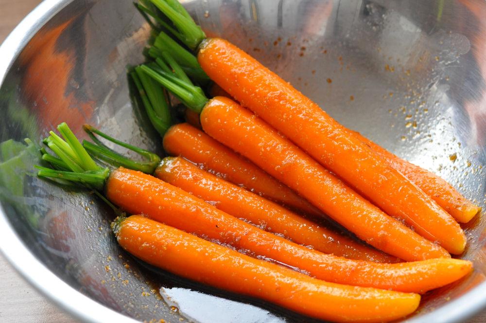 In Orangenmarinade geschwenkte Möhren Gegrillte Möhren mit karamellisierter Orangenmarinade-gegrillte möhren-GegrillteMoehren02
