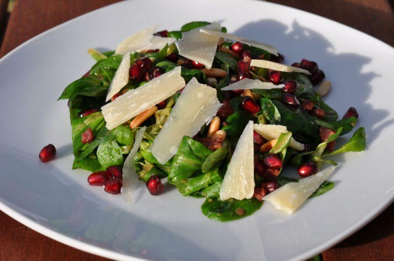Feldsalat-Feldsalat 800x531-Feldsalat mit Pinienkernen, Granatapfel, Parmesan und Schinkenwürfeln