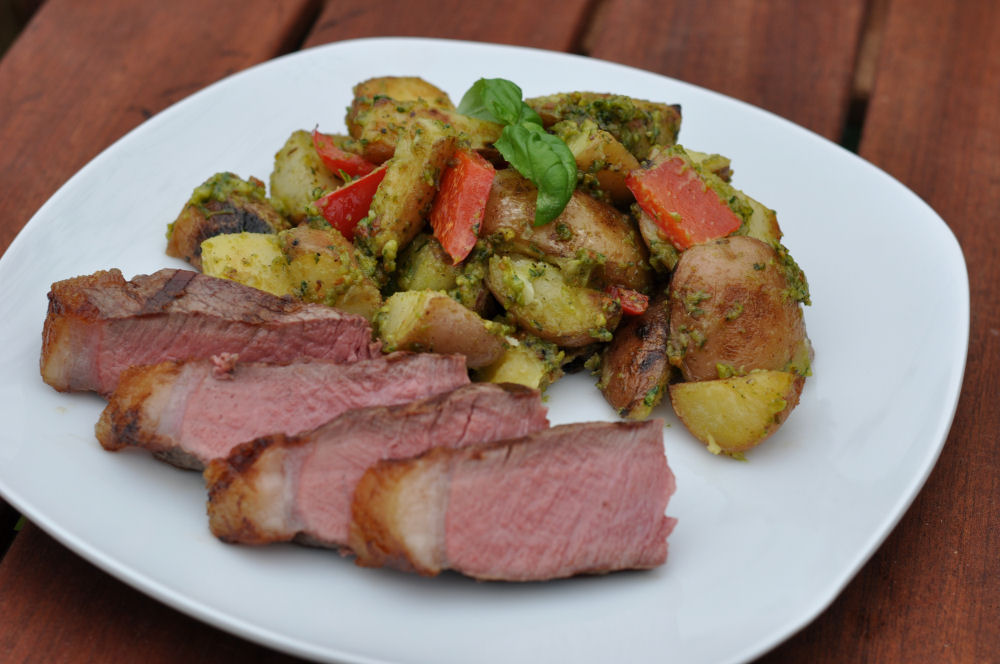 Steak und Kartoffelsalat mit Pistazienpesto