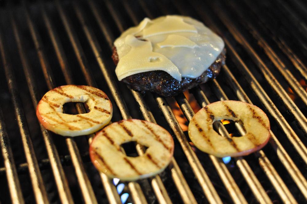 Gegrillte Apfelscheiben Apfel-Cheeseburger-ApfelCheeseburger02-Fruchtiger Apfel-Cheeseburger