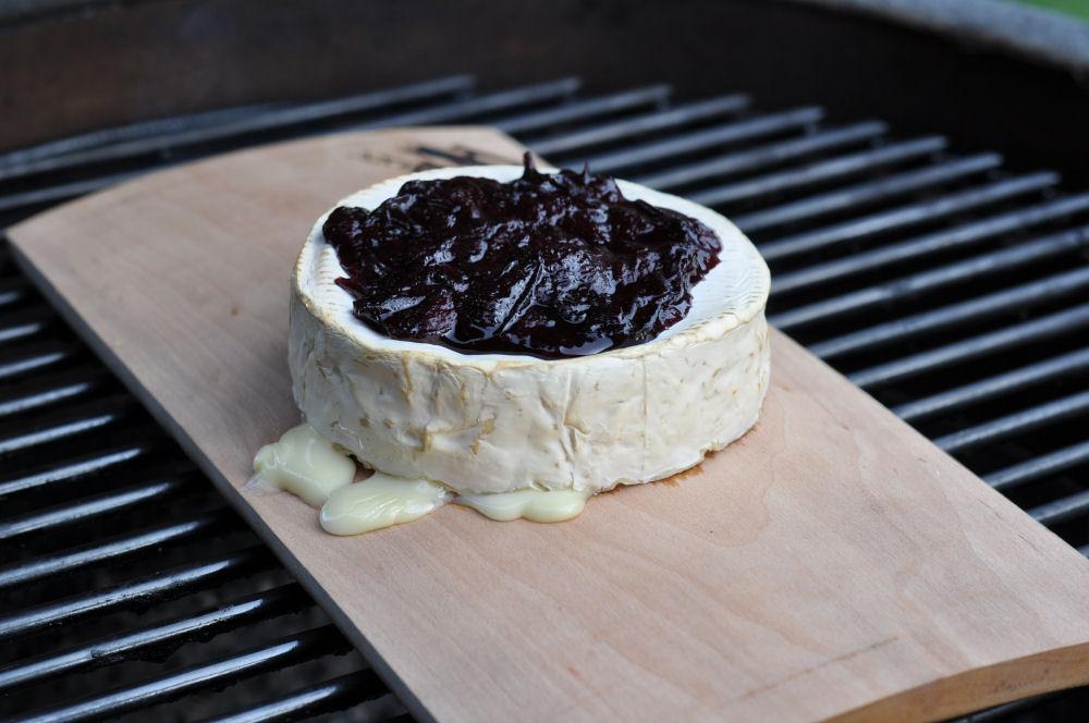 Winter-Camembert geplankter camembert-GeplankterCamembert03-Geplankter Camembert mit Glühweinpflaumen