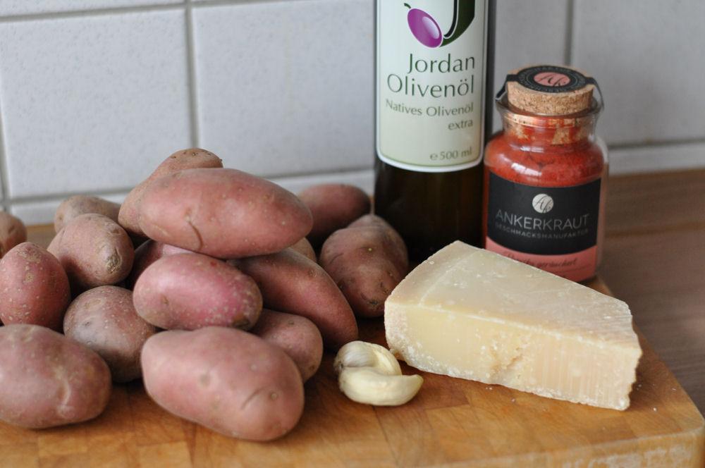 Zutaten für gebackene Parmesankartoffeln parmesan-kartoffeln-ParmesanKartoffeln01-Parmesan-Kartoffeln mit geräuchertem Paprikapulver