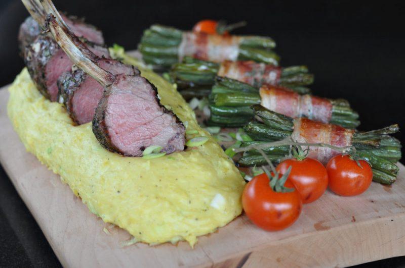 lammkarree-Lammkarree 800x531-Lammkarree mit geplanktem Kartoffelpüree und Speckbohnen