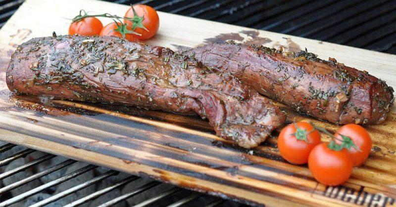 rosmarin-balsamico-schweinefilet-RosmarinBalsamicoSchweinefilet1 800x419-Rosmarin-Balsamico-Schweinefilet von der Zedernholzplanke