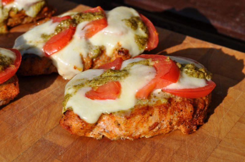 Schweinerückensteaks Caprese-ItalieniescheSchweinerueckensteaks 800x531-Schweinerückensteaks Caprese mit Tomate-Mozzarella überbacken
