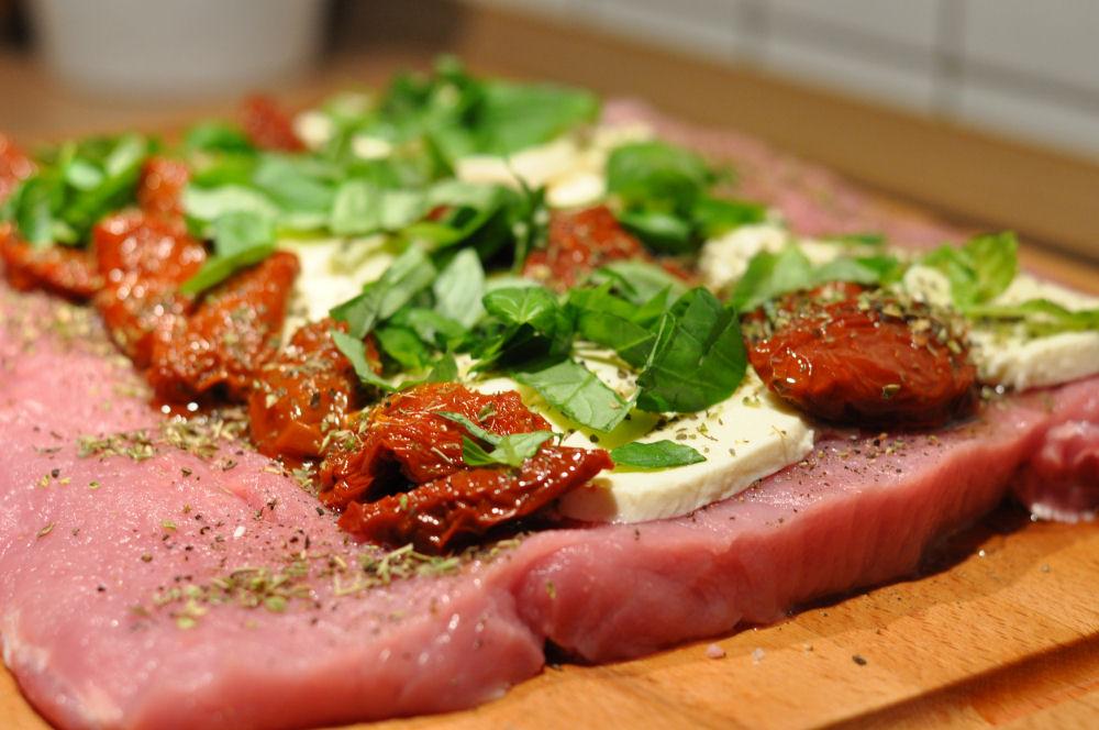 Gefüllter Schweinerücken schweinerücken caprese-ItalienischerSchweinerueckenCaprese03-Gefüllter Schweinerücken Caprese mit Tomate & Mozzarella