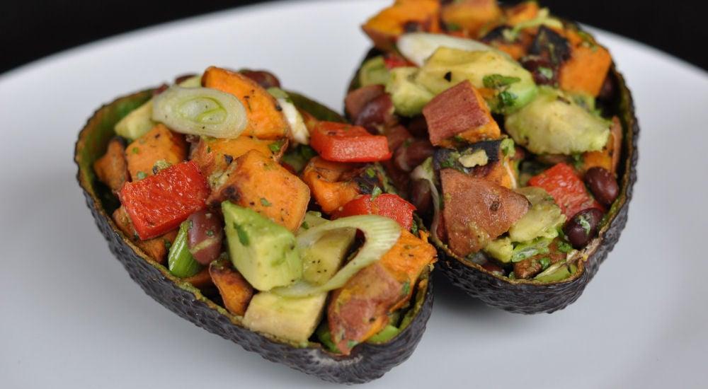 Gegrillter Süßkartoffelsalat in Avocadoschale gegrillter süßkartoffelsalat-GegrillterSuesskartoffelsalat-Gegrillter Süßkartoffelsalat mit Avocado