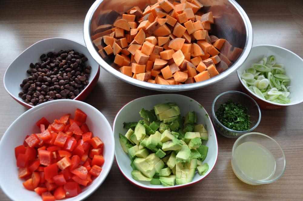 Alle Zutaten für gegrillten Süßkartoffelsalat gegrillter süßkartoffelsalat-GegrillterSuesskartoffelsalat04-Gegrillter Süßkartoffelsalat mit Avocado