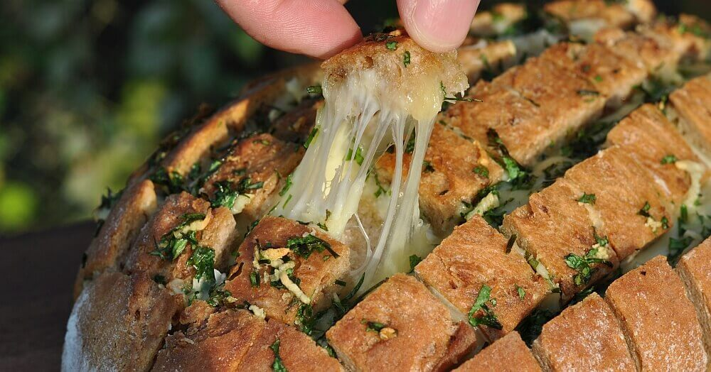 Käse-Zupfbrot - Partybrot mit Kräutern und Käse