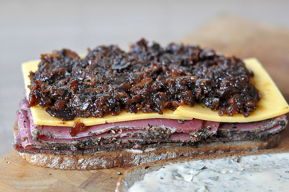 Pastrami-Bacon-Jam-Sandwich Pastrami-Bacon-Jam-Sandwich mit Cheddar-Pastrami-Bacon-Jam-Sandwich-PastramiBaconJamSandwich011