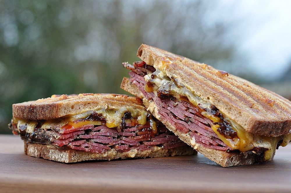 Pastrami-Bacon-Jam-Sandwich Pastrami-Bacon-Jam-Sandwich mit Cheddar-Pastrami-Bacon-Jam-Sandwich-PastramiBaconJamSandwich031