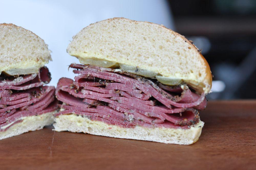 Pastrami-Sandwich Klassisches Pastrami-Sandwich mit eingelegten Gurken-pastrami-sandwich-PastramiSandwich02