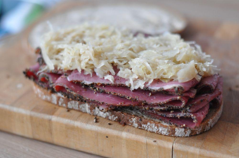 Pastrami-Sandwich Reuben-Sandwich-ReubenSandwich01-Reuben-Sandwich mit Pastrami und Sauerkraut