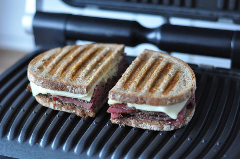Panini-Sandwich Reuben-Sandwich-ReubenSandwich02-Reuben-Sandwich mit Pastrami und Sauerkraut