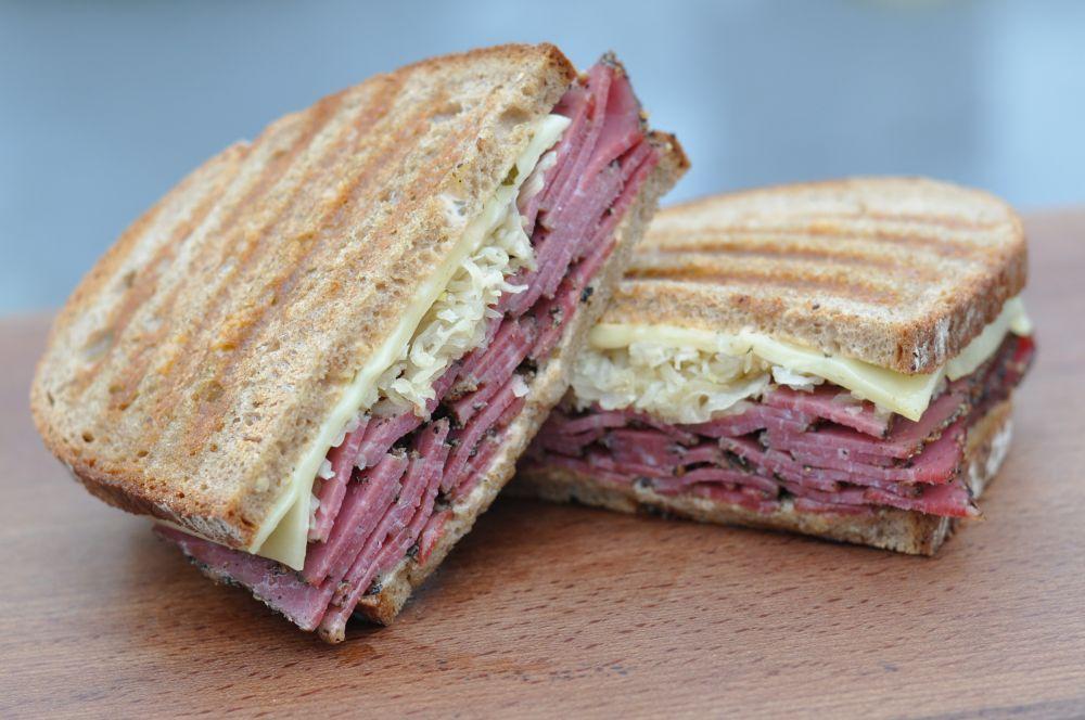 Reuben-Sandwich Reuben-Sandwich-ReubenSandwich03-Reuben-Sandwich mit Pastrami und Sauerkraut