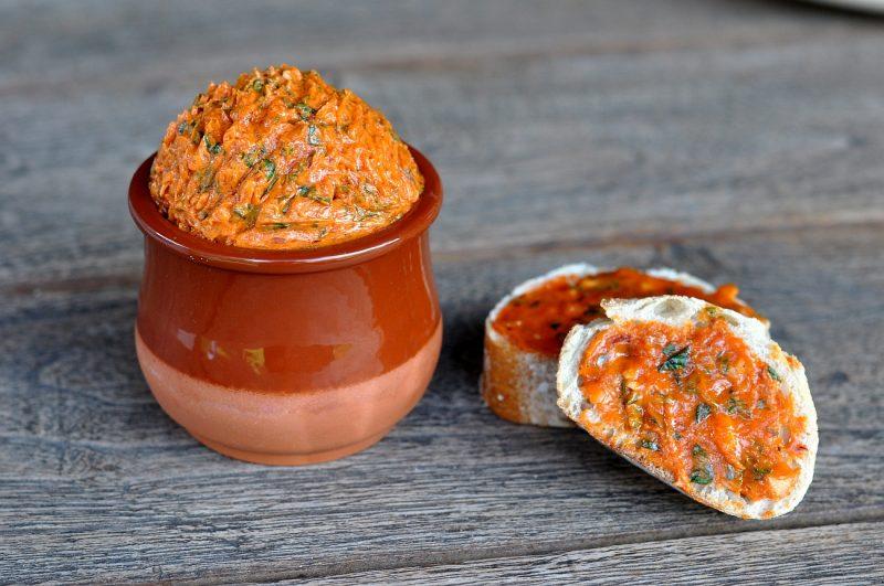 tomatenbutter-TomatenbuttermitKraeutern 800x531-Tomatenbutter mit Basilikum und Limette
