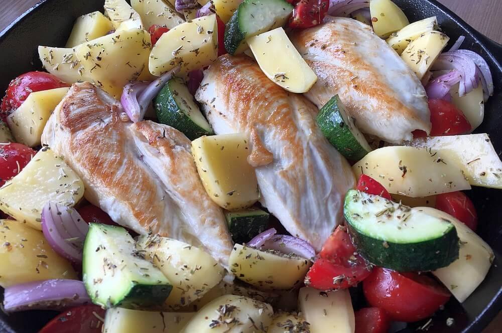 Mediterrane Hähnchenpfanne Mediterrane Hähnchenpfanne mit Tomaten und Zucchini-mediterrane hähnchenpfanne-MeditteraneHaehnchenpfanne03