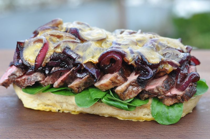 Steak-Sandwich-SteakSandwichueberbacken 800x531-Steak-Sandwich mit Rotweinzwiebeln und Cheddar
