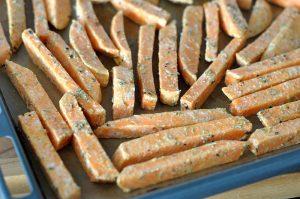 Knusprige Süßkartoffel-Pommes knusprige süßkartoffel-pommes-KnusprigeSuesskartofelpommes04 300x199-Knusprige Süßkartoffel-Pommes – so gelingen sie perfekt!