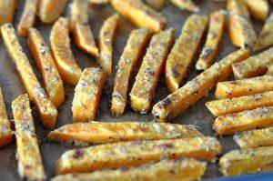Knusprige Süßkartoffel-Pommes knusprige süßkartoffel-pommes-KnusprigeSuesskartofelpommes05 300x199-Knusprige Süßkartoffel-Pommes – so gelingen sie perfekt!