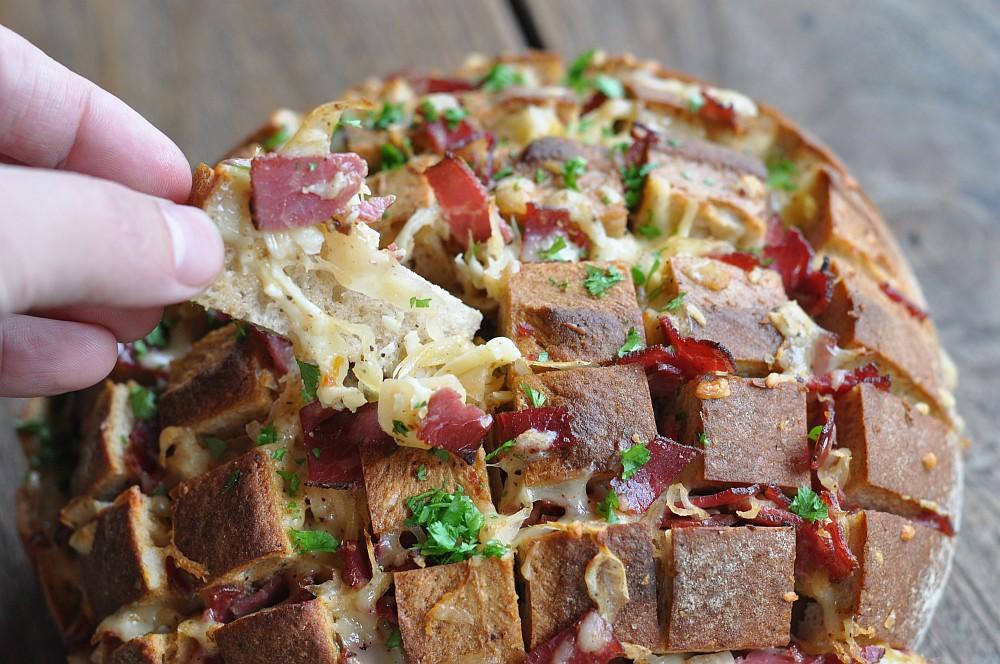 Reuben-Zupftbrot reuben-zupfbrot-ReubenZupfbrotmitPastrami04-Reuben-Zupfbrot mit Pastrami, Käse und Sauerkraut
