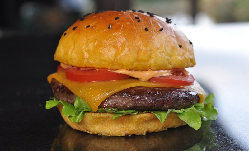 wagyu-cheeseburger-WagyuCheeseburgeraufSuesskartoffelBun 800x485-Wagyu-Cheeseburger auf Süßkartoffel-Bun