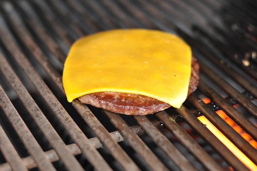 Wagyu-Cheeseburger wagyu-cheeseburger-WagyuCheeseburgermitSuesskartoffelBun02-Wagyu-Cheeseburger auf Süßkartoffel-Bun