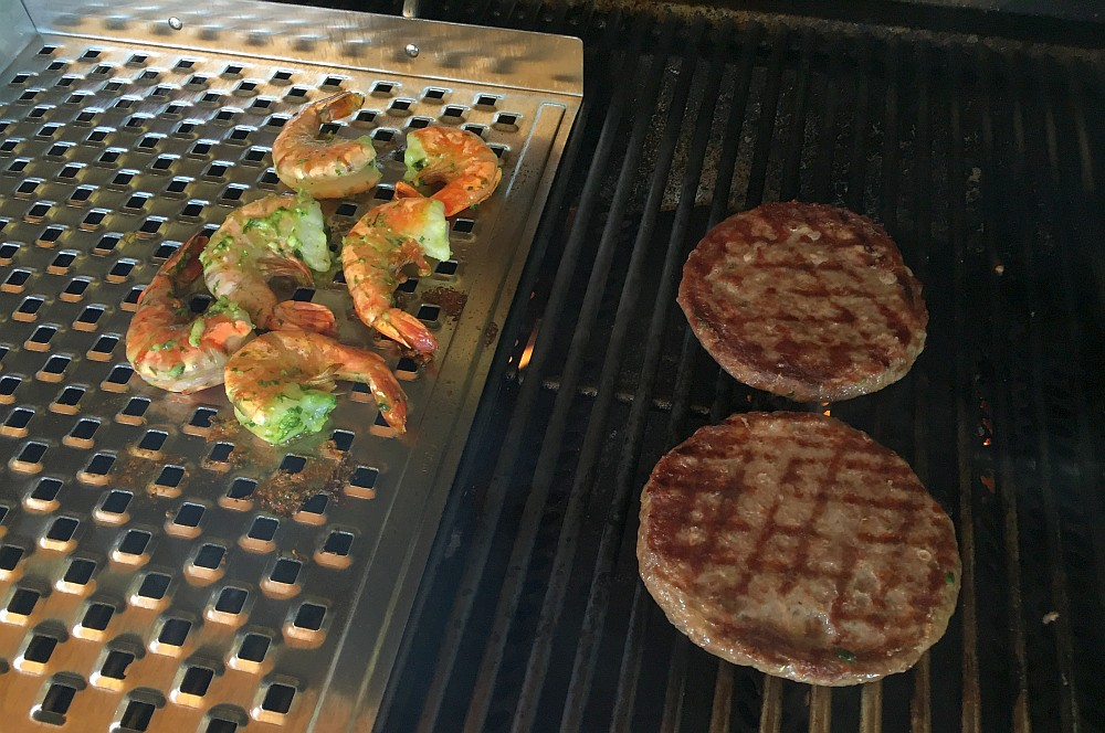 Surf and Turf Burger Surf and Turf Burger-Surf and Turf Burger 02-Surf and Turf Burger mit Garnelen