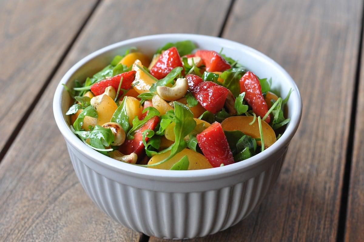 Salat mit Erdbeeren Fruchtiger Sommersalat mit Erdbeeren, Aprikosen und Rucola-sommersalat-Fruchtiger Sommersalat Erdbeeren Aprikosen Rucola