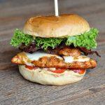 Chicken Burger – Hähnchenburger mit Scamorza, Bacon und Schmorzwiebeln-chicken burger-Chicken Burger Haehnchenburger 04 150x150