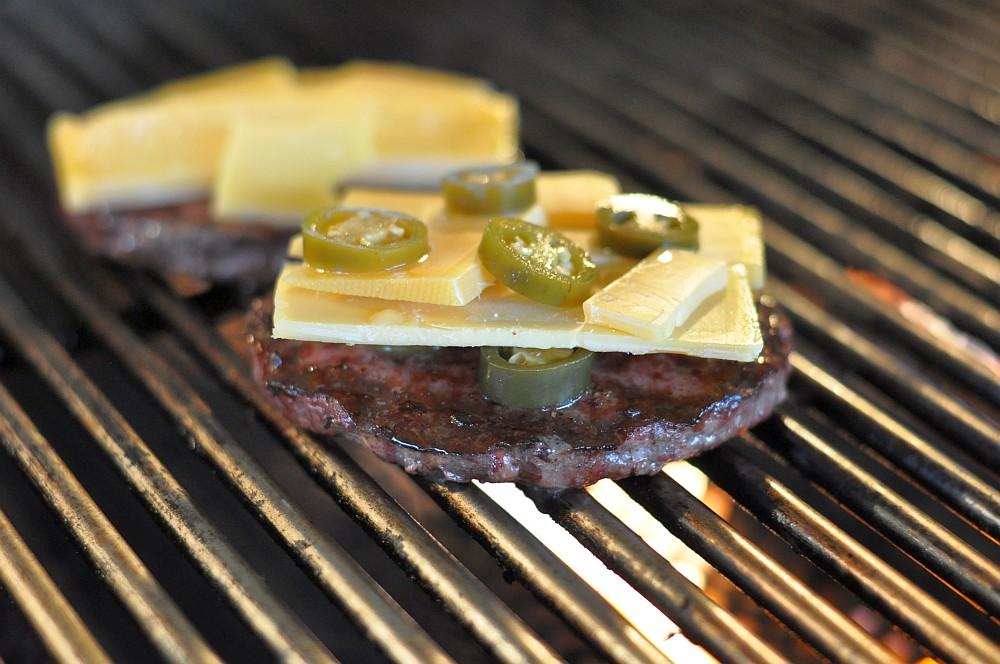 Chili and Cheeseburger chili-cheeseburger-Chili Cheeseburger 01-Chili-Cheeseburger mit Jalapeños und Cheddar