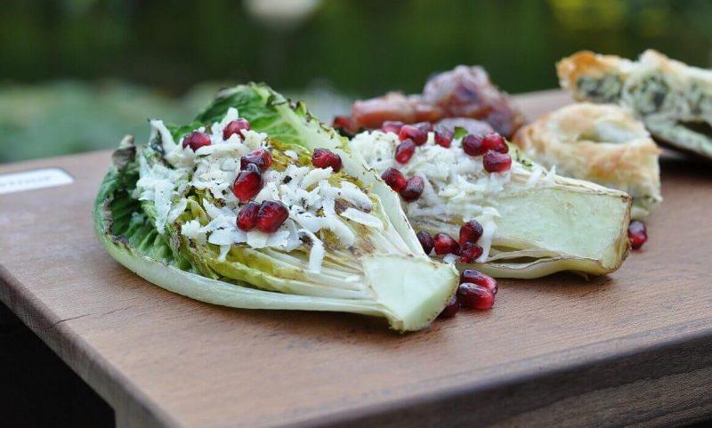 gegrillter salat-Gegrillter Salat Romana Salatherzen grillen 800x481-Gegrillter Salat mit Parmesan und Granatapfel