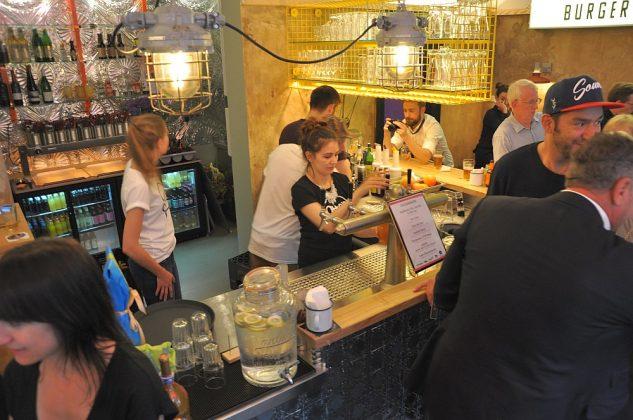 Otto's Burger im Schanzenviertel-Ottos Burger Eroeffnung Schanze 05 633x420-Neueröffnung Otto's Burger im Schanzenviertel / Hamburg