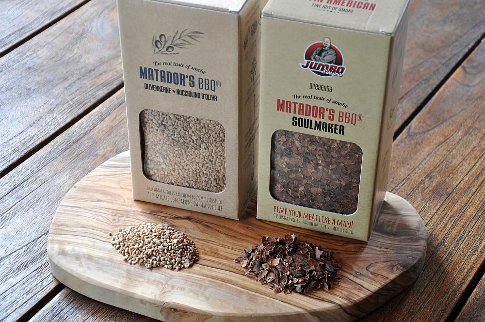 matadors-bbq-soulmaker-kakaoschalen-olivenkerne-01 Matador's BBQ Smoking Chips – Räuchern mit Kakaoschalen & Olivenkernen-matador's bbq-Matadors BBQ Soulmaker Kakaoschalen Olivenkerne 01