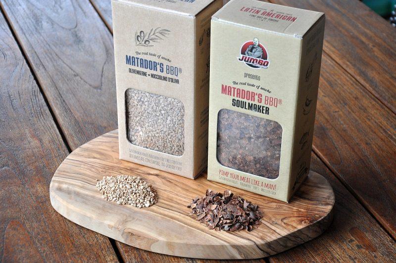 matador's bbq-Matadors BBQ Soulmaker Kakaoschalen Olivenkerne 800x531-Matador's BBQ Smoking Chips – Räuchern mit Kakaoschalen & Olivenkernen